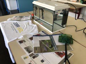 image montrant un aquarium installé à l'école et tout le matériel fourni avec